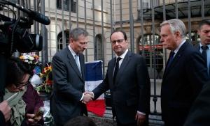 François Hollande sert la main de Vincent Mertens, l'ambassadeur de Belgique en France, après les attentats de Bruxelles, mars 2016. SIPA. AP21874034_000006