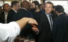 Emmanuel Macron sert des mains dans un restaurant des Mureaux, mars 2017. SIPA. AP22024106_000005