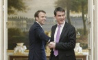 Emmanuel Macron, alors secrétaire général adjoint de l'Elysée, aux côtés de Manuel Valls, Premier ministre, Paris, 7 mai 2014.