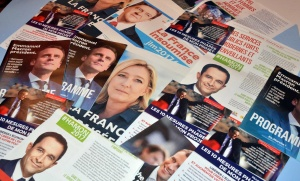 Tracts de campagne de candidats, mars 2017. SIPA. 00799777_000003