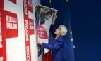 Une militante décroche une affiche de campagne de François Fillon après son élimination au premier tour de la présidentielle, 23 avril 2017. SIPA. AP22043826_000166