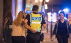 Un policier vient au secours des victimes de l'attentat de Manchester, mai 2017. SIPA. Shutterstock40510794_000009