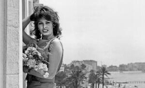 Sophia Loren sur le balcon de sa chambre à l'hôtel Carlton, lors du Festival de Cannes de 1959. Crédit photo : Rue des Archives/AGIP