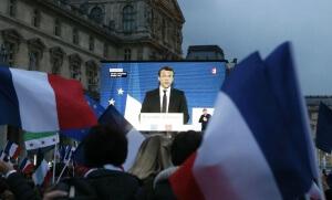 La foule écoute l'intervention d'Emmanuel Macron sur l'écran géant de la cour du Louvre, 7 mai 2017. SIPA. AP22049578_000251