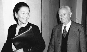 Edmonde Charles-Roux et son mari Gaston Defferre, octobre 1981. SIPA. 00032693_000002