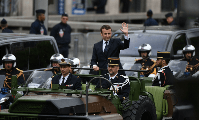 macron le militaire sur les champs elys es trois. Black Bedroom Furniture Sets. Home Design Ideas