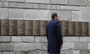 Emmanuel Macron en visite au Mémorial de la Shoah à Paris, avril 2017. SIPA. AP22046750_000013