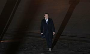 Emmanuel Macron en marche dans la cour du Louvre, Paris, 7 mai 2017. SIPA. AP22049578_000275