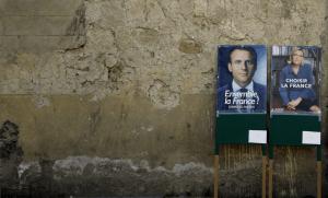 Affiches électorales près d'un bureau de vote de Rome, mai 2017. SIPA. AP22049693_000003