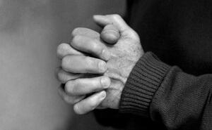 Les mains de James Ellroy, photographiées en 2004 à Paris par Hannah Assouline