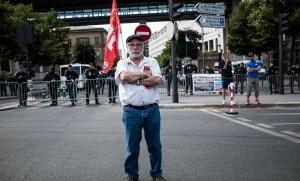 Syndicaliste de la CGT en grève devant le ministère de l'Economie à Paris, juin 2017. SIPA. 00811400_000005