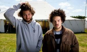 """Philipp Dausch (à gauche) et Clemens Rehbein (à droite) du groupe """"Milky Chance"""" au No Tomorrow festival de Nottingham au Royaume-Uni. SIPA. REX40382693_000015"""