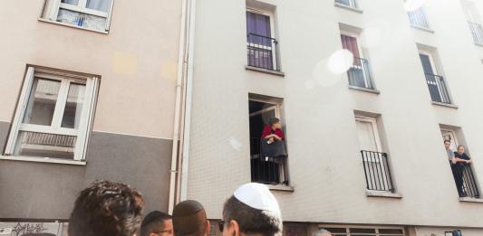 Marche blanche en hommage à Sarah Halimi, en bas de son immeuble du XIe arrondissement de Paris, 9 avril 2017. Crédit photo : Plume Heters Tannenbaum / Hans Lucas