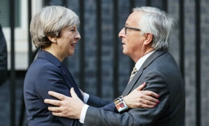 Theresa May et Jean-Claude Juncker devant le 10, Downing Street à Londres, 26 avril 2017. SIPA. Shutterstock40503998_000003