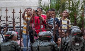 A Caracas, des fonctionnaires de l'Assemblée nationale font face à la garde nationale vénézuélienne, 27 juin 2017. SIPA. 00812873_000002
