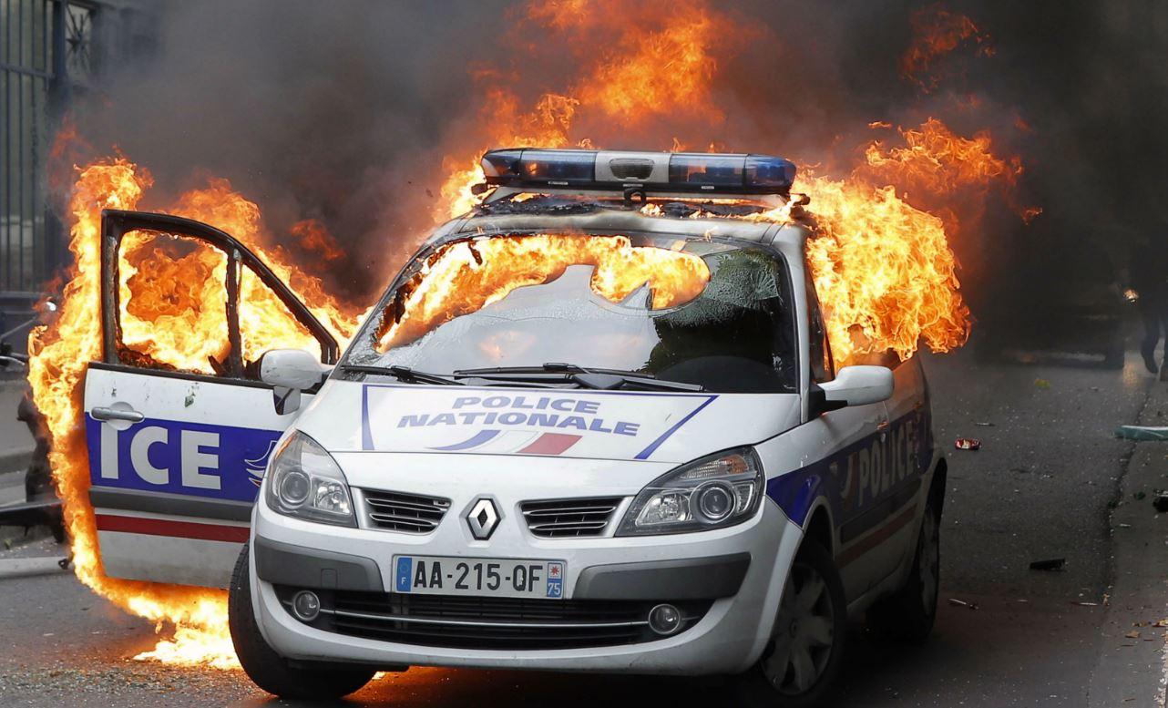 quand lib publie une tribune en d fense des incendiaires d 39 une voiture de police causeur. Black Bedroom Furniture Sets. Home Design Ideas