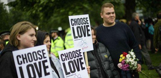 """""""Choisissez l'amour"""". Hommage aux victimes de l'attentat de Londres de juin 2017. SIPA. Shutterstock40514510_000005"""