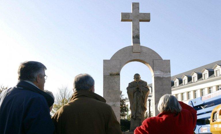 Retrait de la croix d'une statue de Jean-Paul II: une décision très discutable