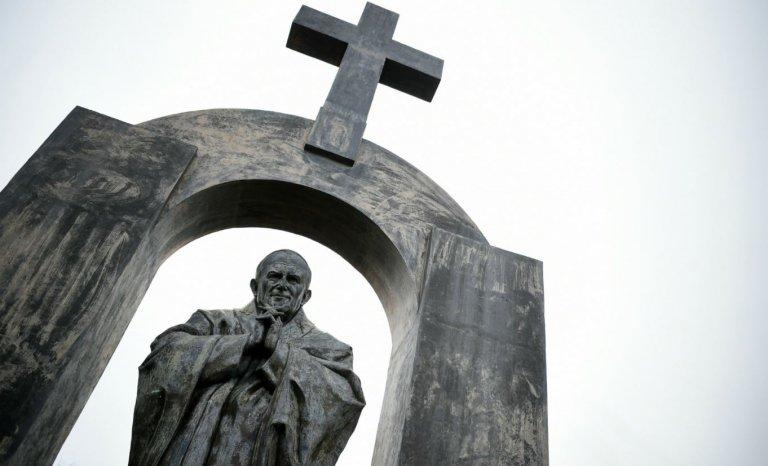 """Arrêt sur la croix de Ploërmel: une """"laïque"""" surprise pour les islamistes"""