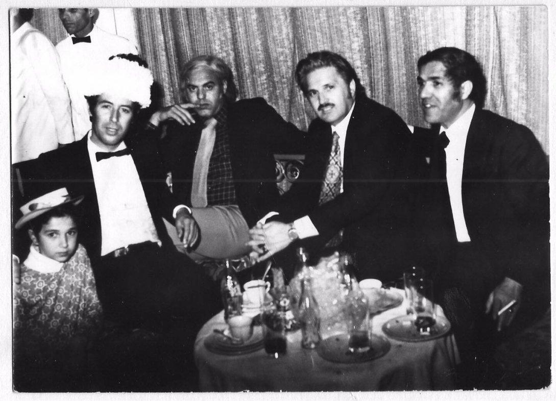 Harazem Ghali (au centre), entouré de cadres de la Radiodiffusion Télévision Marocaine (RTM), à l'hôtel La Mamounia à Marrakech, décembre 1988. / Driss Ghali