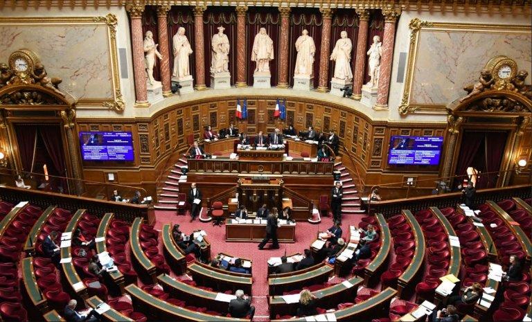 Comment on a (très discrètement) installé le drapeau français dans l'hémicycle du Sénat