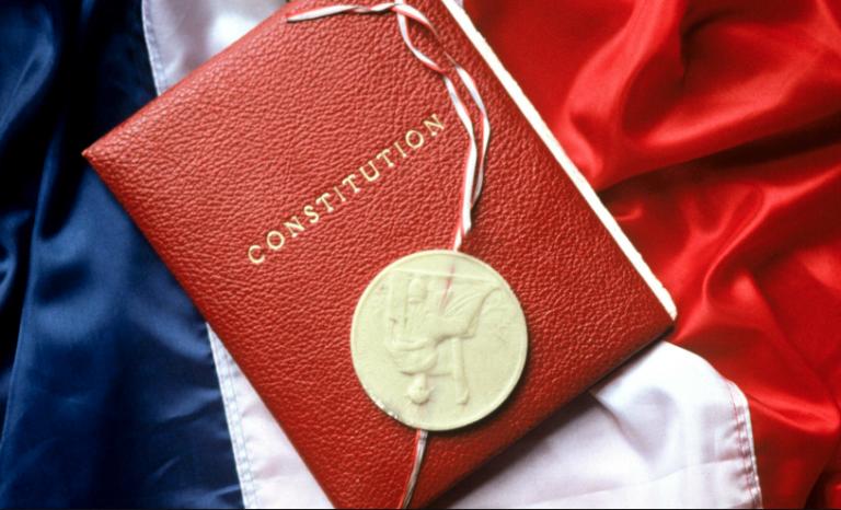 """""""Fraternité"""" et """"droits de l'Homme"""" supprimés : la Constitution inclusive est née"""