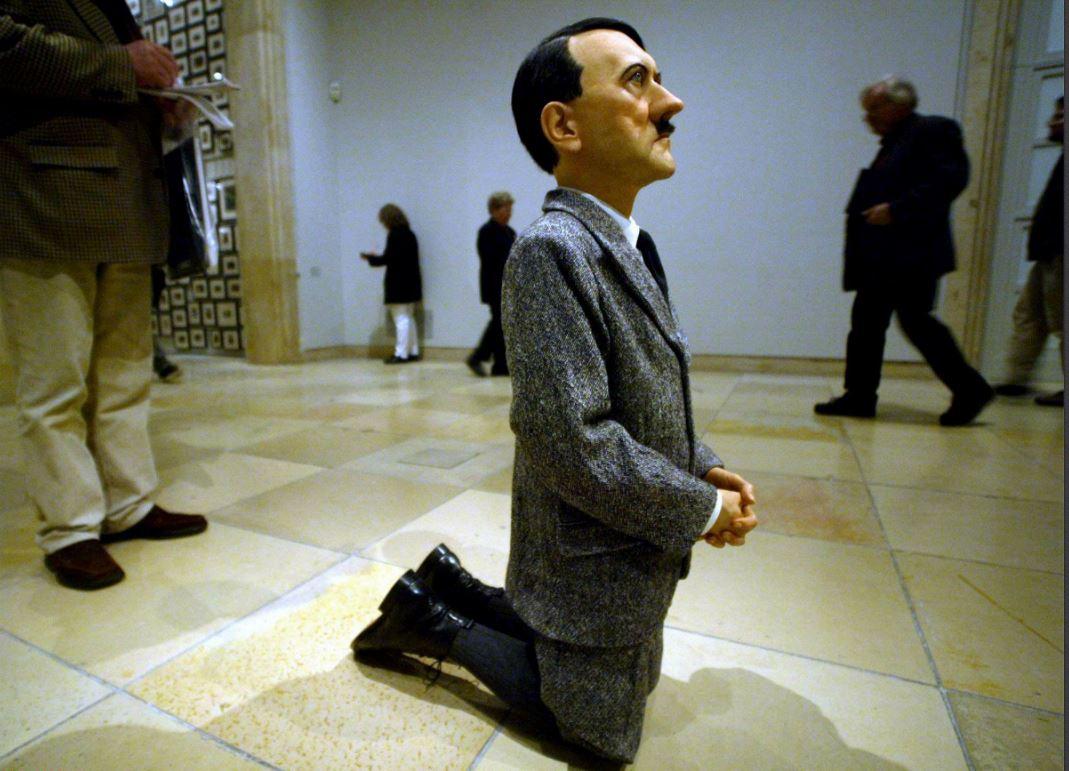 """Hitler"" de Maurizio Cattelan, Sipa. Numéro de reportage : AP20187809_000006."