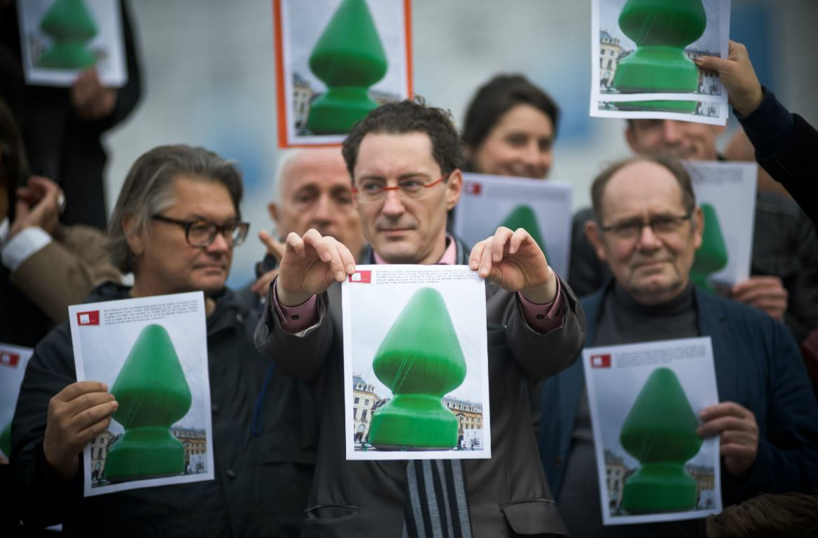 Manifestation contre le sabotage du plug anal de Paul McCarthy, octobre 2014, Paris. Sipa. Numéro de reportage : 00696325_000009.