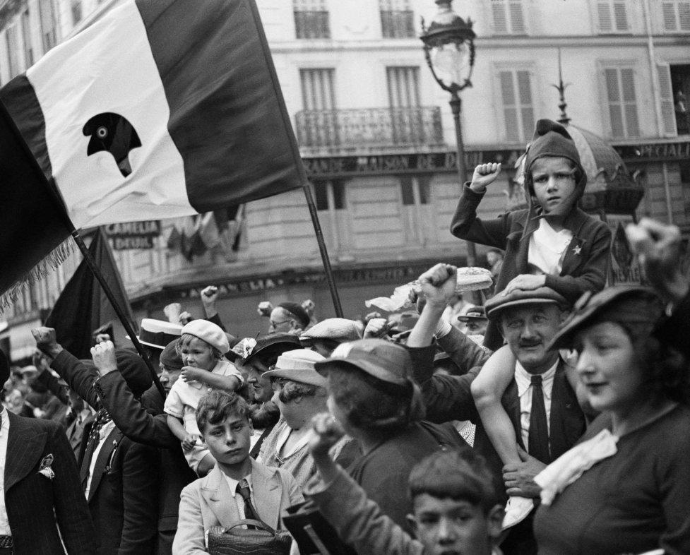 WILLY RONIS Pendant le défilé de la victoire du Front populaire, rue Saint-Antoine, Paris, 14 juillet 1936 During the Front Populaire's victory parade, Paris, Saint-Antoine street, Paris, July 14, 1936 © Ministère de la Culture - Médiathèque de l'architecture et du patrimoine, dist. RMN-GP, donation Willy Ronis