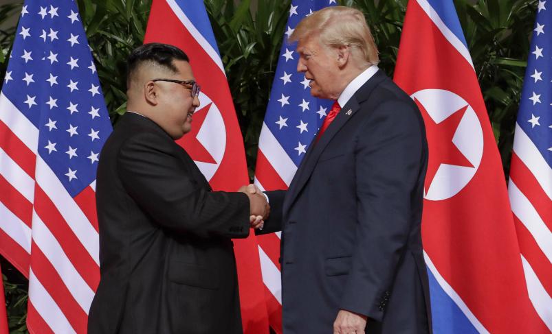 La poignée de main entre Donald Trump et Kim Jong-un, lors du sommet de Singapour, 12 juin 2018. SIPA. AP22213037_000002