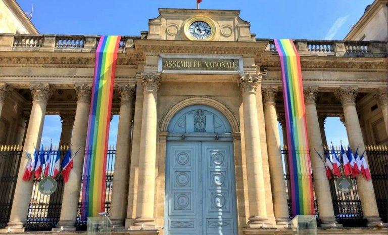 Peut-on vraiment orner la façade de l'Assemblée d'un drapeau LGBT?