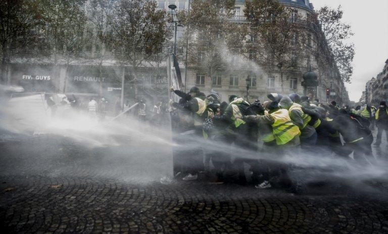 """Les """"gilets jaunes"""", les CRS et moi: mon samedi sur les Champs-Elysées"""