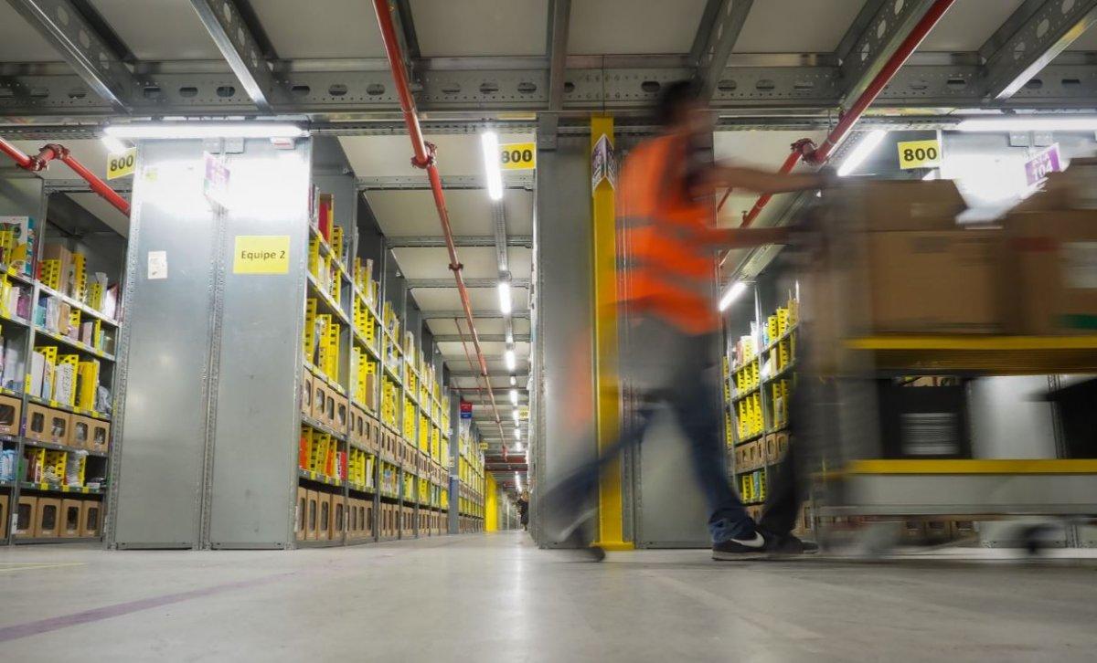 TRAVAILLER À L'USINE AUJOURD'HUI Amazon-visite-centre-distribution-critiques-1200x726