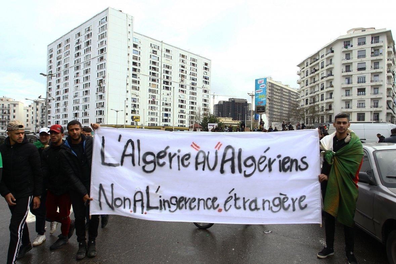 """Manifestation contre """"l'ingérence étrangère"""" à Alger. PPAgency/SIPA / 00900151_000007"""