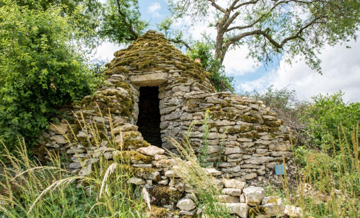 Antique cabane de vignerons des Riceys construite à partir des pierres extraites lors des labours. On vient y prendre le frais et casser la croûte lorsque le soleil tape fort... ©Olivier Douard