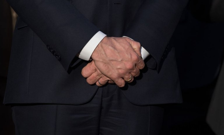 Non, Emmanuel Macron n'a pas repris la main