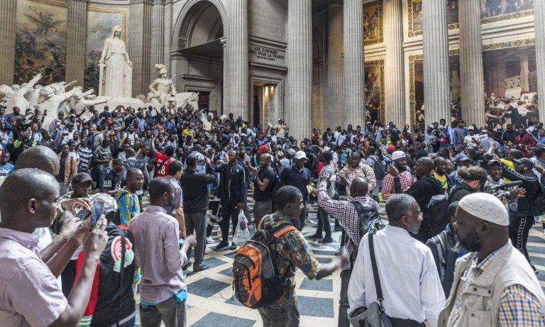 """""""Debout les morts"""" au Panthéon: le slogan révoltant des gilets noirs"""