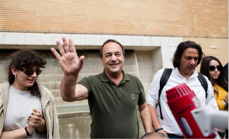 """Domenico Lucano, """"martyr"""" de la cause pro-migrants en Italie"""