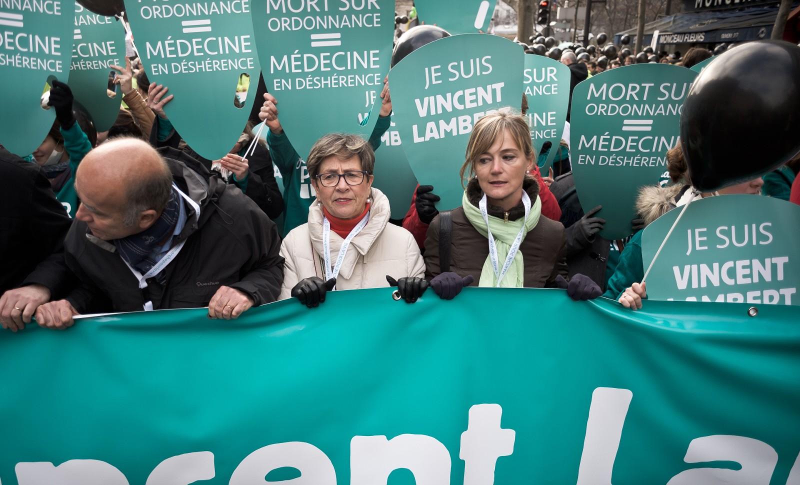 Viviane Lambert (Mère de Vincent Lambert), au centre, dans une manifestation en 2015 © NICOLAS MESSYASZ / SIPA Numéro de reportage : 00702778_000004