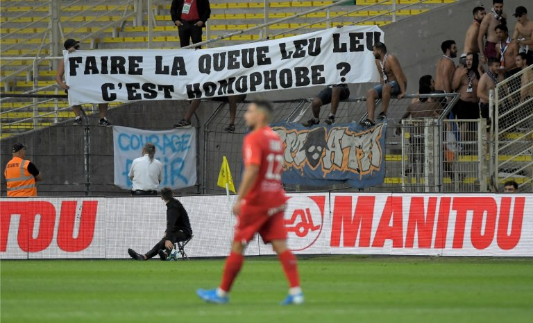 Gradins: conformisme et bienséance exigés par la Ligue de football