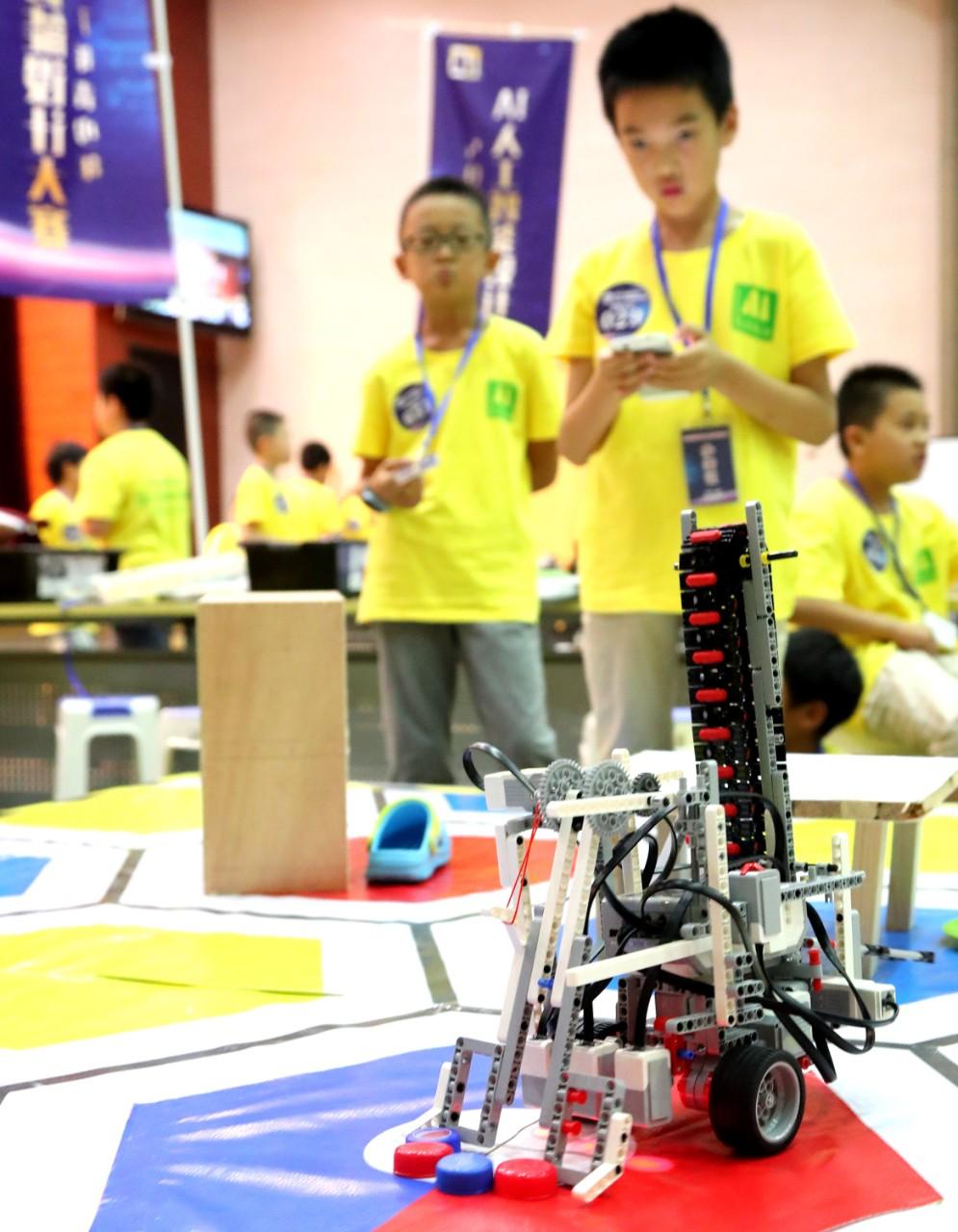 Une centaine d'enfants chinois participent à un concours de conception d'intelligence artificielle pour les jeunes à Suzhou, 13 aout 2017
