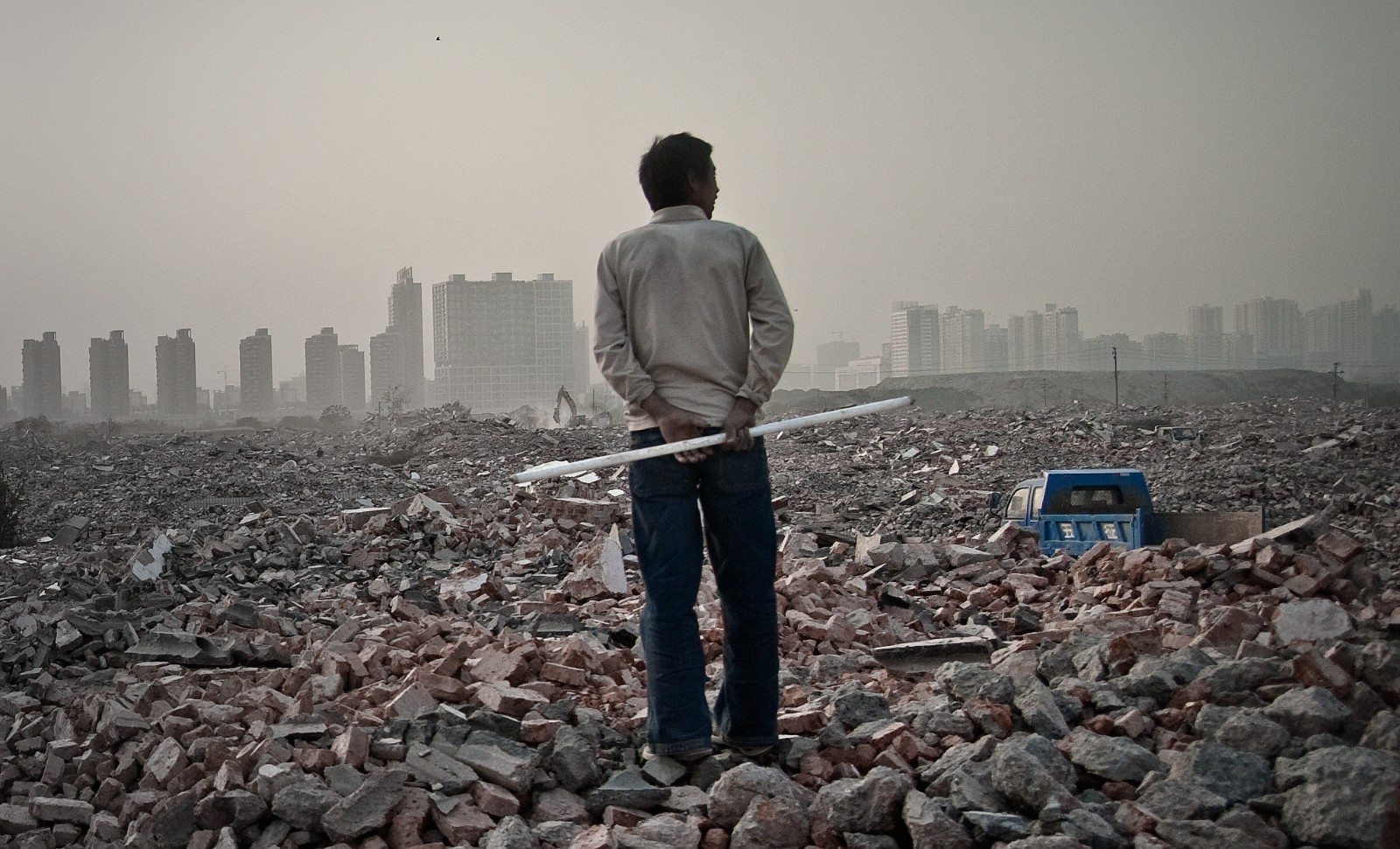 Un habitant de Zhengdong (Chine) marche sur les décombres d'un village rasé pour édifier un quartier d'affaires géant, Novembre 2010 Leevin Liang/EyePress/AFP