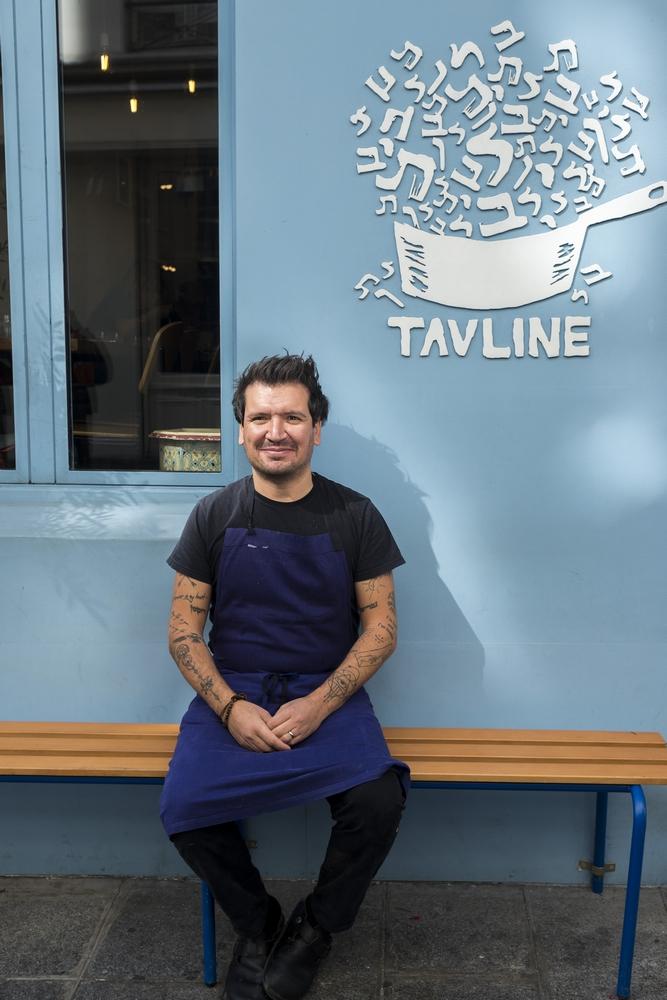 Kobi Malka, chef du restaurant Tavline dans le Marais. © Hannah ASSOULINE