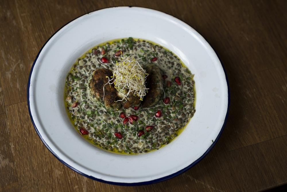 Ktsitsot daguim - boulettes de poisson grillées aux herbes et épices marocaines sur lit de lentilles au yaourt et citron confit