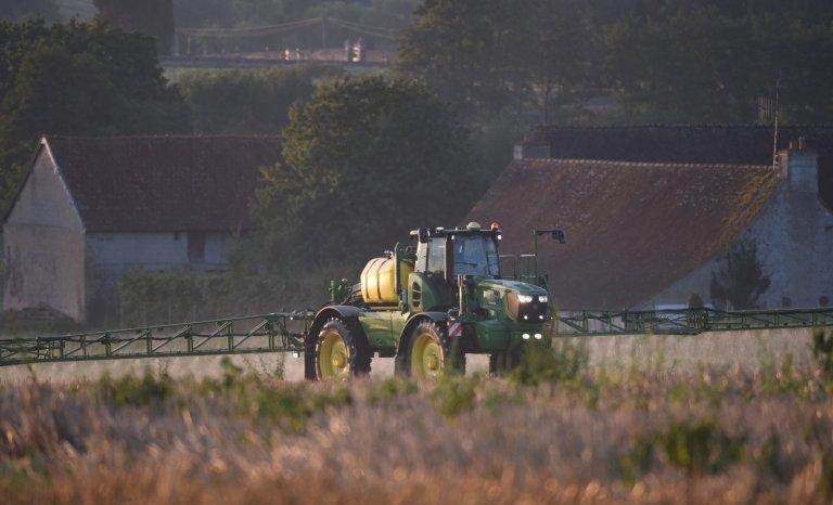 Arrêtés contre les pesticides: les 150 m de la discorde
