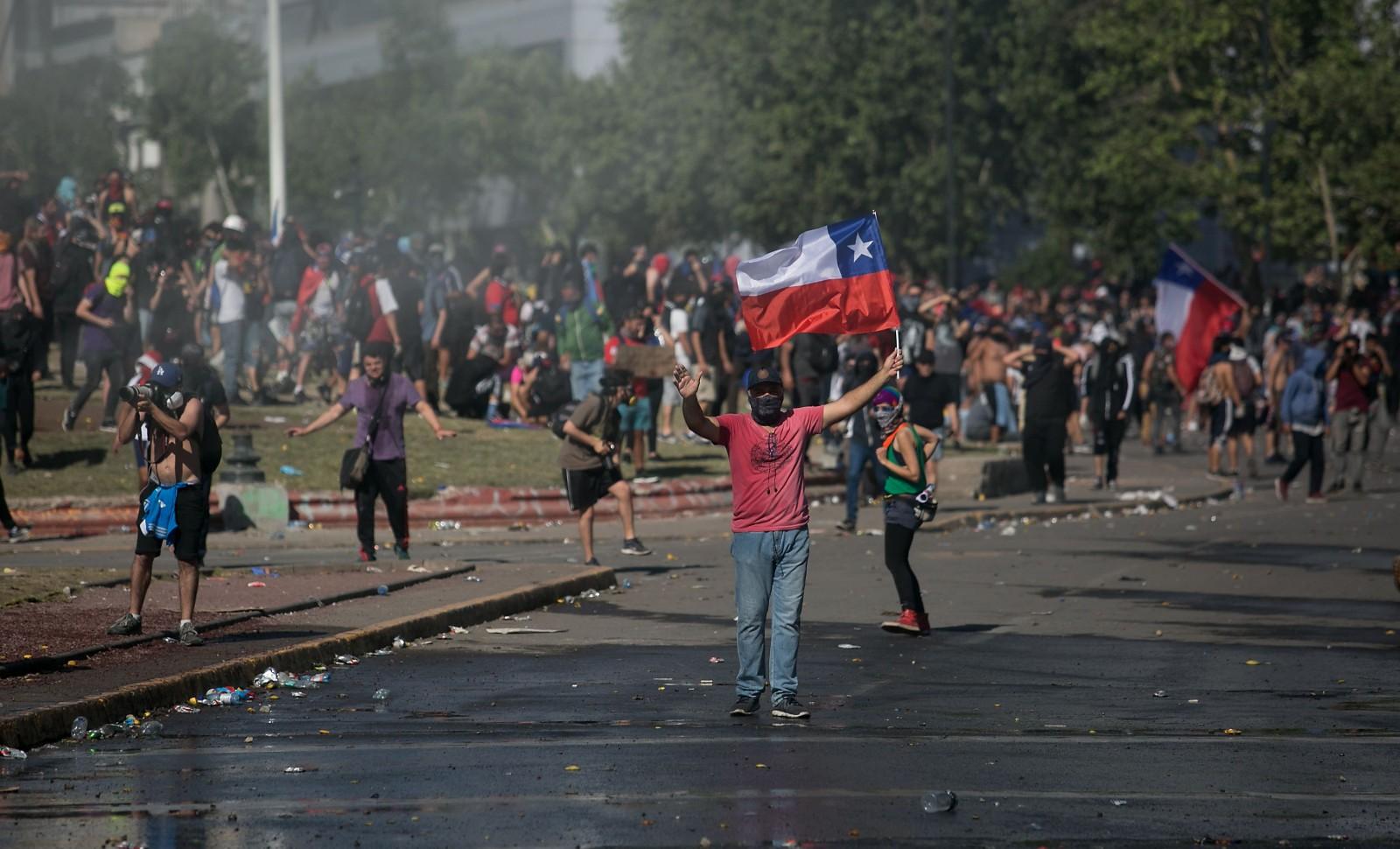 Manifestants contre la politique du Président Sebastian Pinera à Santiago du Chili le 24 octobre 2019 © Jose Miguel Rojas/SIPA Numéro de reportage: 00929562_000008