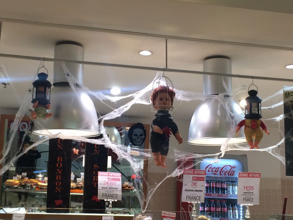 Le stand pâtisserie d'un Monoprix à l'occasion d'Halloween