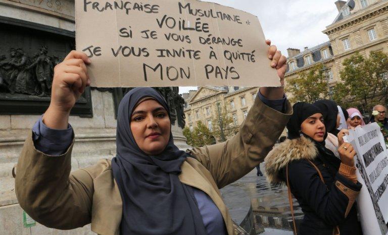 Les Français restent massivement opposés au voile lors des sorties scolaires mais…