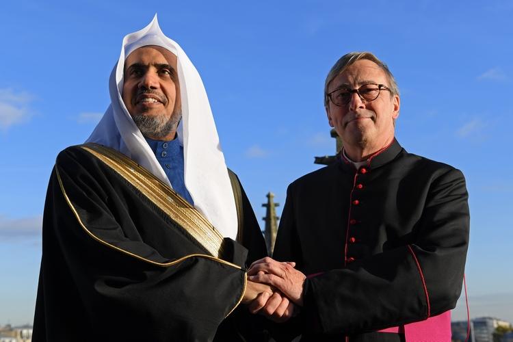 Mohammed Al-Ussa, secrétaire général de la Ligue islamique mondiale, aux côtés de Patrick Chauvet, recteur-archiprêtre de la cathédrale Notre-Dame de Paris, 17 novembre 2017. CHRISTOPHE ARCHAMBAULT / AFP)