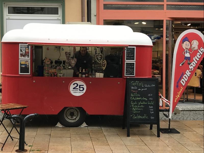 La roulotte de Dietmar Kersten, vendeur de la glace Softeis 'Original